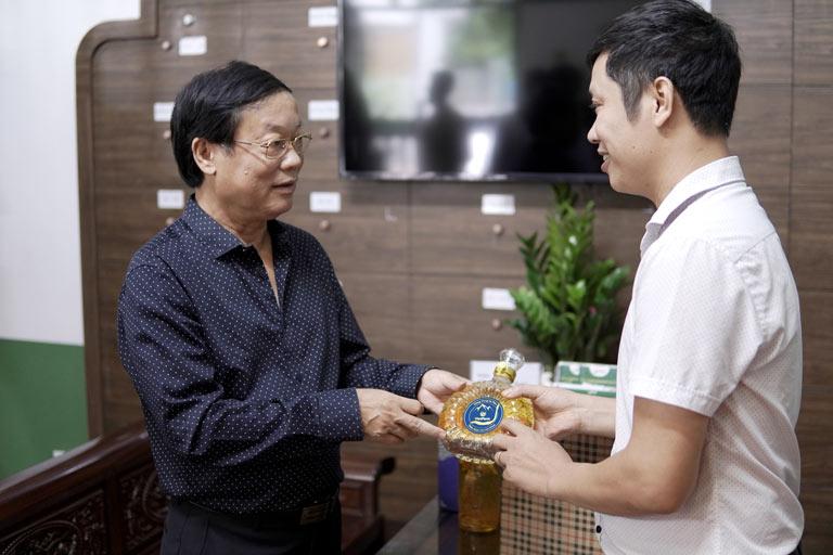 Bình rượu đông trùng hạ thảo Vietfarm thu hút sự NS Phú Thăng