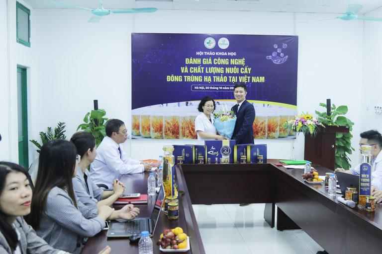 Buổi ký kết chuyển giao công nghệ giữa đại diện trung tâm Vietfarm và Viện trưởng Viện nghiên cứu và phát triển Y dược cổ truyền dân tộc