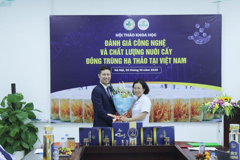 Vietfarm ký kết cùng Viện trưởng Viện nghiên cứu và phát triển Y dược cổ truyền dân tộc
