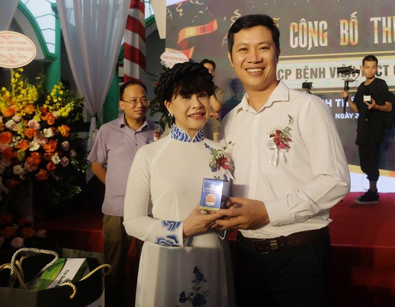 Nghệ sĩ Hồng Liên và Giám đốc Vietfarm chụp ảnh kỷ niệm tại lễ công bố thương hiệu Quân dân 102