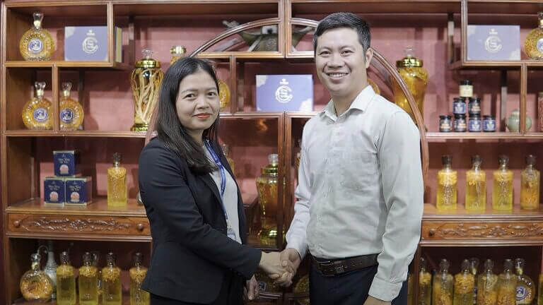 Chủ tịch công đoàn Tập đoàn Vietmec - Bà Nguyễn Lan Anh và Giám đốc Vietfarm - Ông Nhâm Quang Đoài trong buổi ký kết cung cấp quà tặng doanh nghiệp cho Lễ kỷ niệm 10 năm thành lập Vietmec