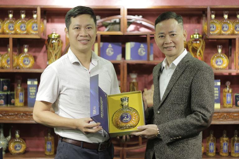Nghệ sĩ Tùng Dương cũng bày tỏ sự yêu thích với sản phẩm rượu Đông trùng hạ thảo Vietfarm