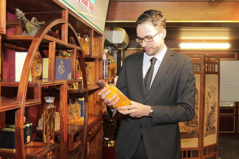 Không chỉ khách hàng trong nước, anh Will (công dân Pháp) cũng tin tưởng sử dụng rượu đông trùng hạ thảo Vietfarm