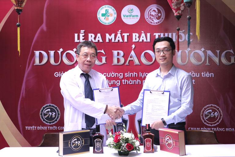 Bác sĩ Lê Hữu Tuấn ký kết chuyển giao bài thuốc Dương Bảo Vương cho đại diện Nhất Nam Y Viện